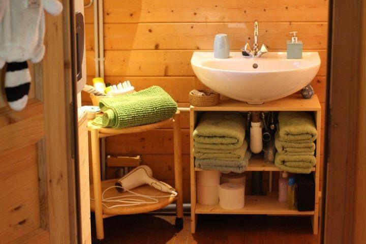 Klein, aber oho! Unser Bad hat alles, was man braucht: Toilette, Dusche, Waschbecken und eine richtig gute Heizung - natürlich auch für Warmwasser!