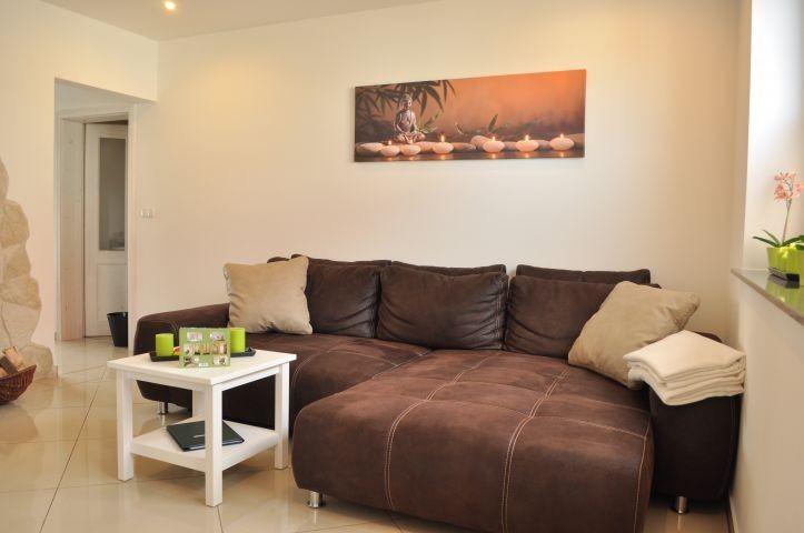 Wohnzimmer mit Boxspring-Schlafsofa für 3. und 4. Person