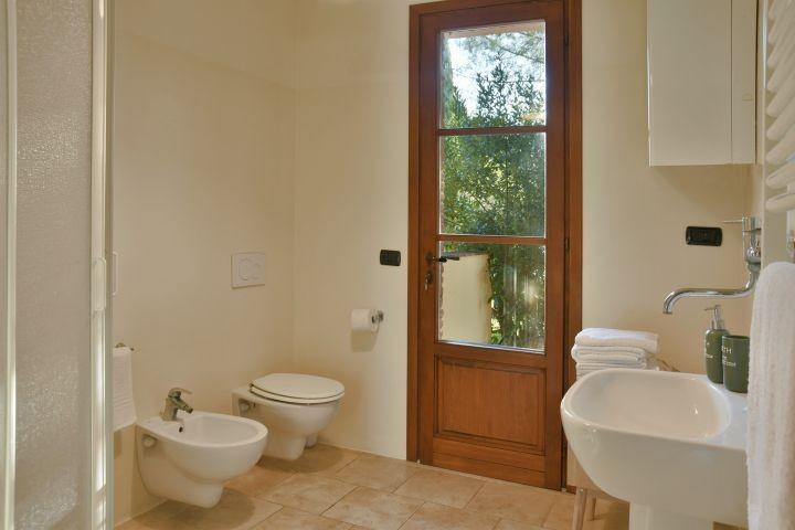 Bad mit Dusche im Eingangsbereich