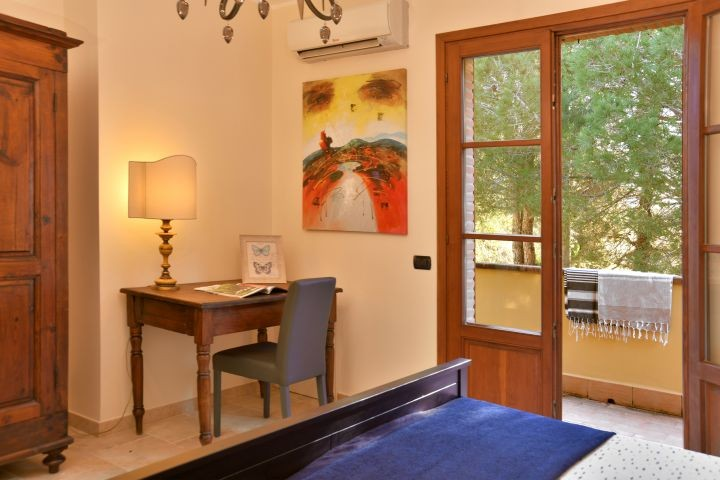 Schlafzimmer und kleiner Balkon