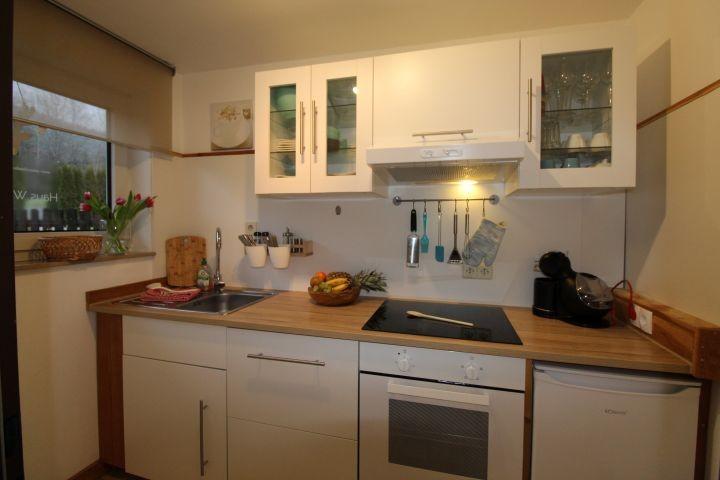 Alles da: Geschirrspüler, Backofen, Toaster, Wasserkocher, normale und Dolce Gusto-Maschine ...