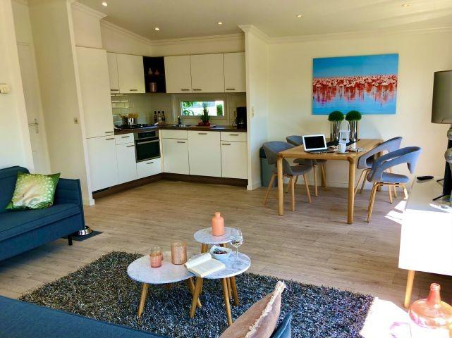 Wohnbereich mit Blick auf Kochecke und Essbereich