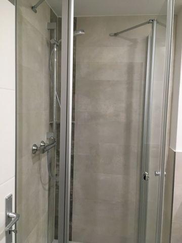 Dusche im Bad unten