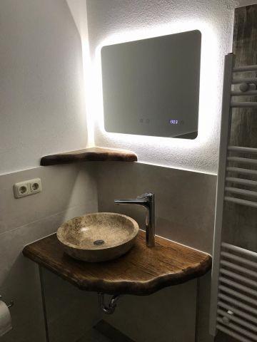 Waschtisch und elektrisch beheizter Spiegel