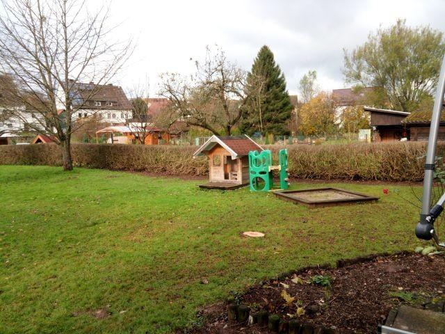 Großer Garten mit Spielgeräten