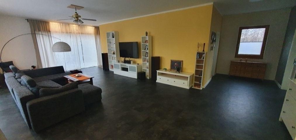 Wohnbereich OG mit Sofa und TV