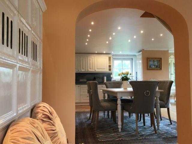 Blick vom Wohnzimmer in den offenen Essbereich und die Wohnküche