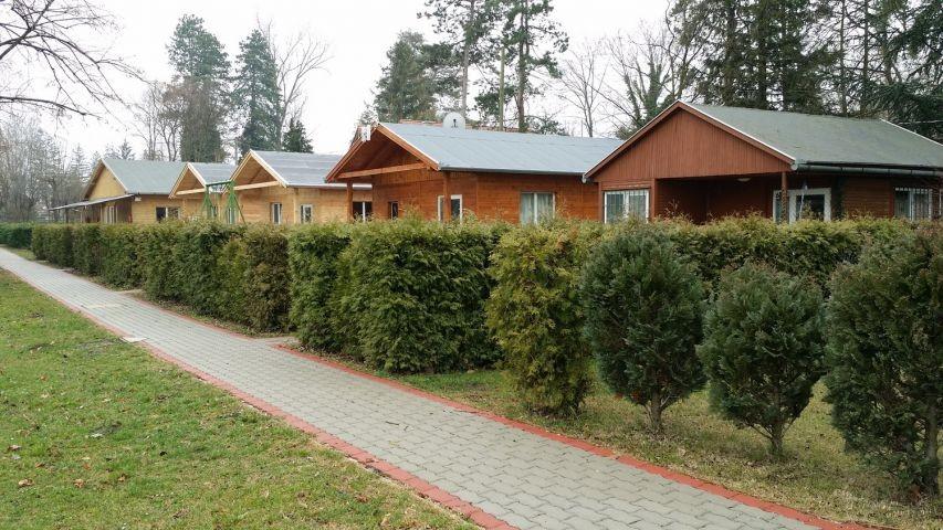 Die Bungalows mit Apartmenthaus im Hintergrund