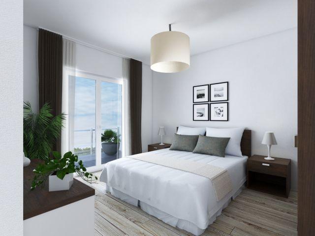 Helles Schlafzimmer mit Zugang zum Balkon