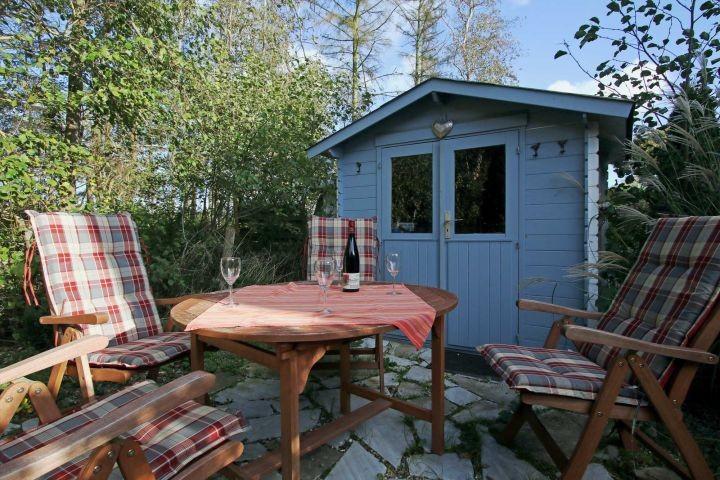 Sitzplatz im Garten mit Holzkohlegrill