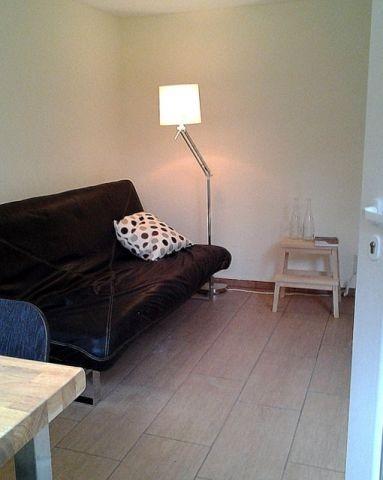 Wohnzimmer mit bequemer Couch mit Schlaffunktion (Liegefläche 140x200cm)