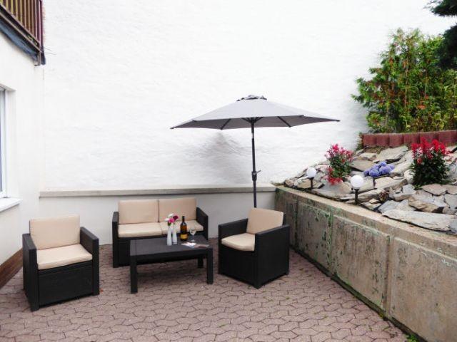 Terrasse  mit Gartenmöbel, Sonnenschirm