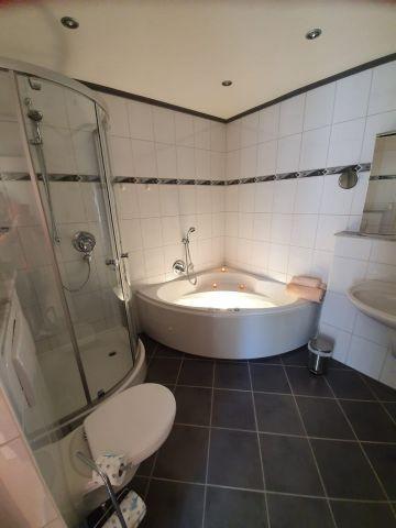 Bad mit Dusche und Wirlpoolwanne