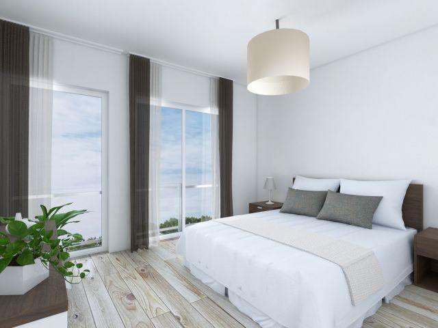 Schlafzimmer mit großem Doppelbett in der Ferienwohnung Kaptain's Huus