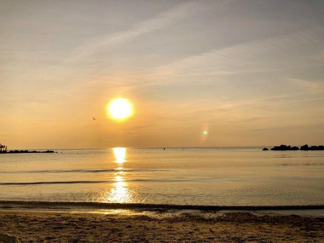 Sonnenuntergänge mit den Füßen im Sand