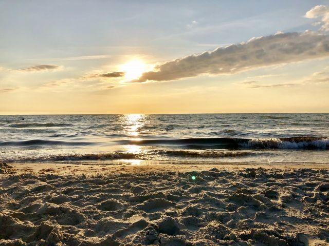 Genießen sie den Sonnenuntergang am Strand