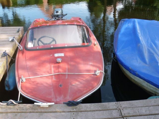 davor liegen unsere Boote, gut geschützt gegen Regen