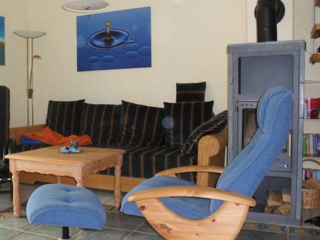 und Sitzecke mit zwei Relaxsesseln und Kamin