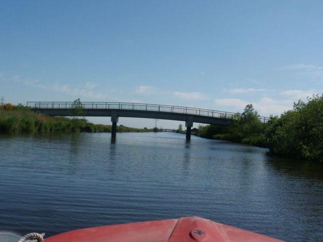 Fahrt mit dem Boot unter Brücken hindurch