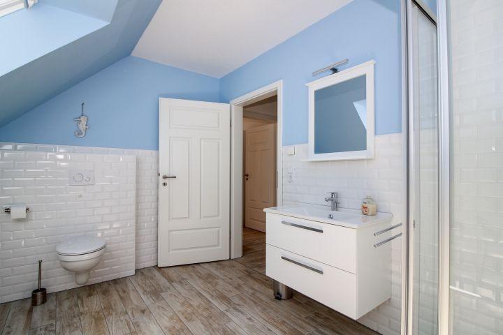 Großes Vollbad im Obergeschoss mit Dusche und Badewanne.