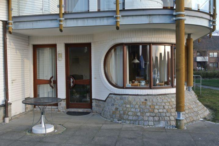 Die Wohnungsterasse mit Eingang