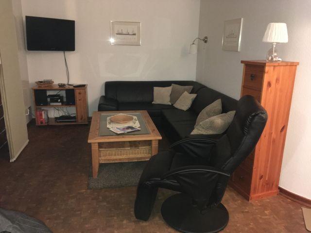 Ecksofa mit Fernsehstuhl und Tisch