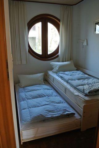 kleines Schlafzimmer mit ausgezogenem Tandembett
