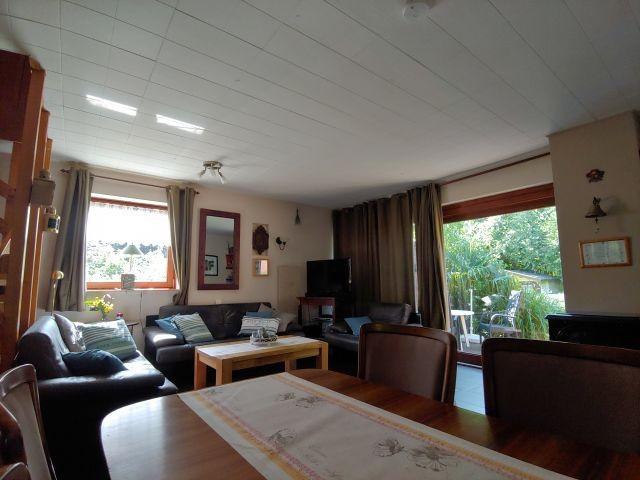 Wohnraum mit Esstisch und gemütlicherSofaecke