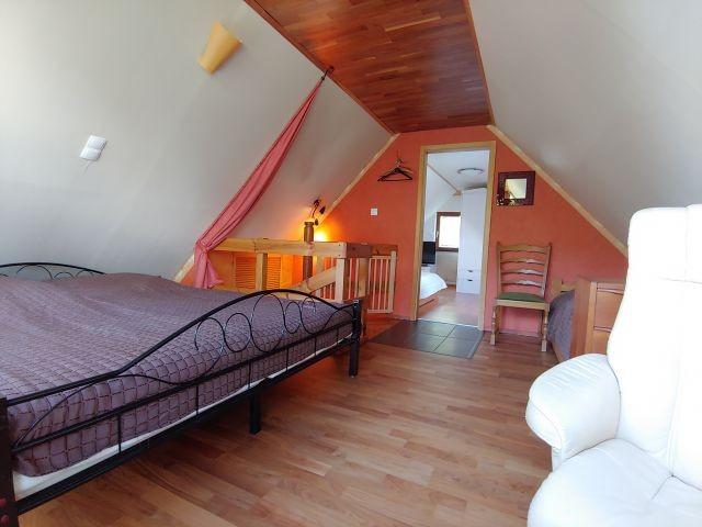 offenes Schlafzimmer mit Meerblick im Winter