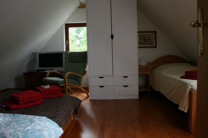 Geschlossenes Schlafzimmer Blick zum Fenster