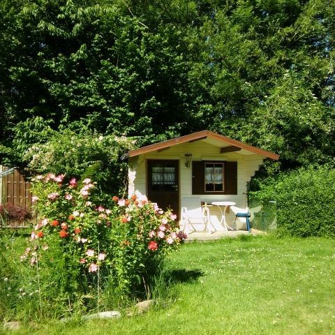 Grosser eingezäunter Garten mit Gartenhaus