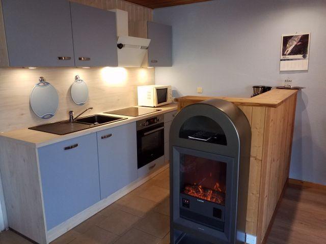 - Neu - eingebaute Küche mit Elektro-Kaminofen im Übergang zur Essecke