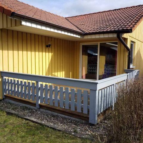 Vollständig eingezäunte Terrasse zur Sicherheit der Kinder und Hunde