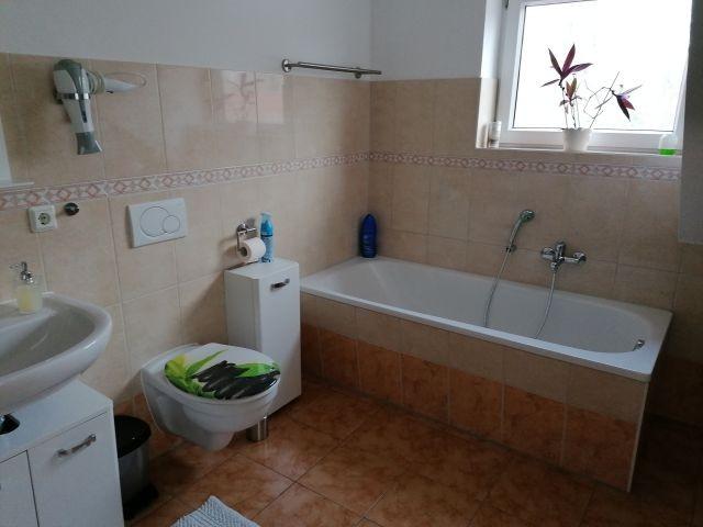 Bad mit WC, Dusche und Badewanne