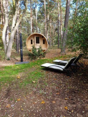 ..relaxen Sie im großzügigen Sauna-Fass mit Holzofen