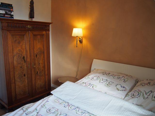 Kleines Schlafzimmer mit 1,40m Bett und Blick auf den Deich