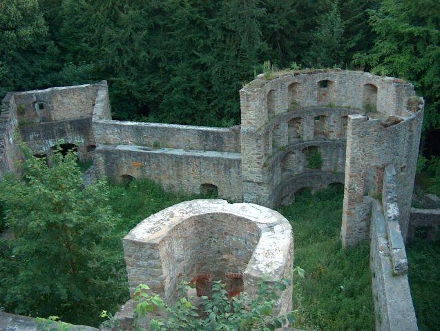 Ruine Kürnburg im Wald oberhalb des Ferienparks