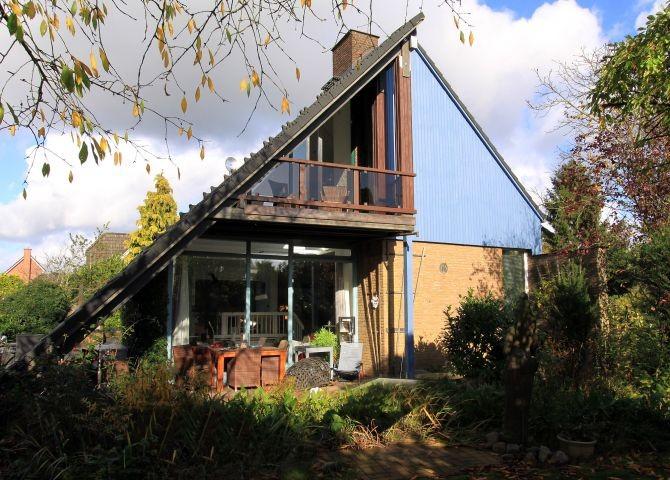 Blick aufs Haus mit Balkon und Terrasse