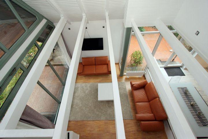 Blick von der Galerie in den Wohnbereich