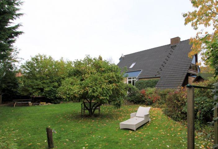 Gemütlicher Garten mit Gartenmöbeln