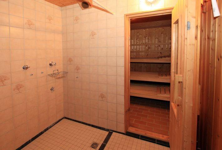 Dusche vor der Sauna