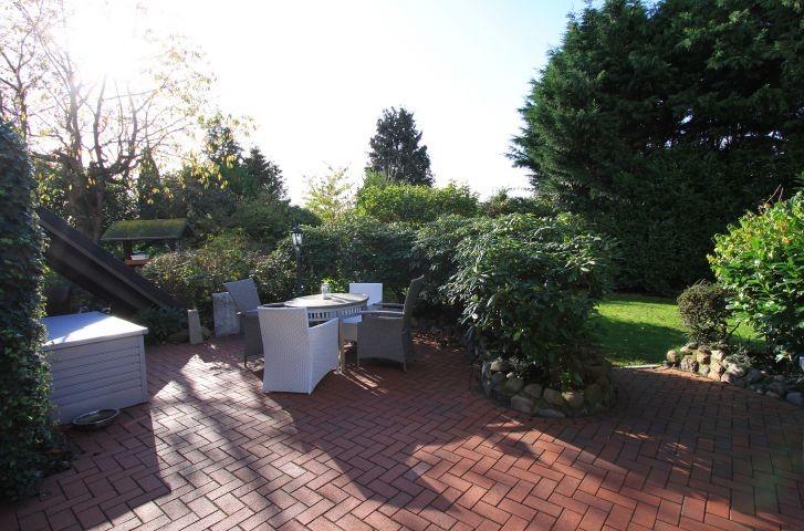 Gemütliche  zweite Terrasse mit Grill und Gartenmöbeln