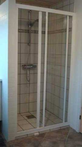 Duschkabine im kleinen Badezimmer
