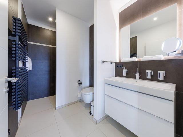 Ebenerdige Dusche und großer Waschtisch
