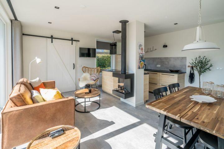 Das helle, stilvoll eingerichtete Wohnzimmer