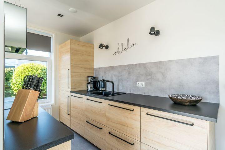 Die moderne, neue Küche mit allem Luxus