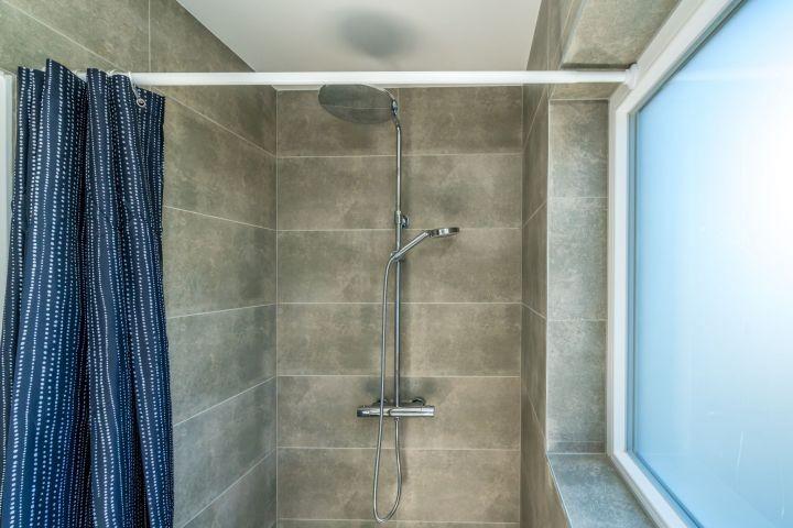 Das wunderschöne Badezimmer mit Regendusche