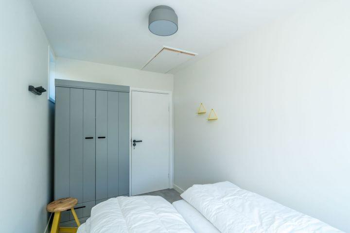 Schlafzimmer 2 mit 2 Einzel Boxspringbetten und Schrank