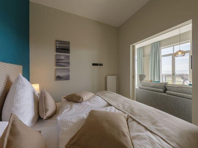 Schlafzimmer mit TV und Boddenblick