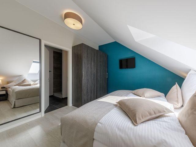 Schlafzimmer mit TV in der Seebadidylle